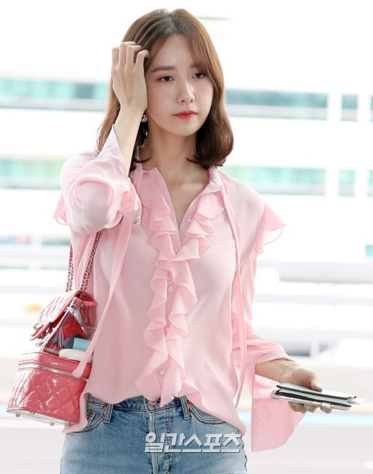 Tài tử Jung Hae In và hoàng tử lai Samuel đổ bộ sân bay Hàn sang Việt Nam, Yoona bất ngờ xuất hiện - Ảnh 15.