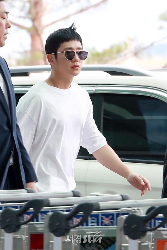 Tài tử Jung Hae In và hoàng tử lai Samuel đổ bộ sân bay Hàn sang Việt Nam, Yoona bất ngờ xuất hiện - Ảnh 4.