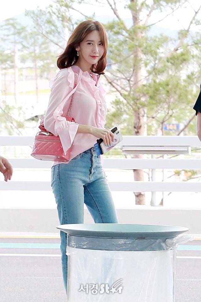 Tài tử Jung Hae In và hoàng tử lai Samuel đổ bộ sân bay Hàn sang Việt Nam, Yoona bất ngờ xuất hiện - Ảnh 12.