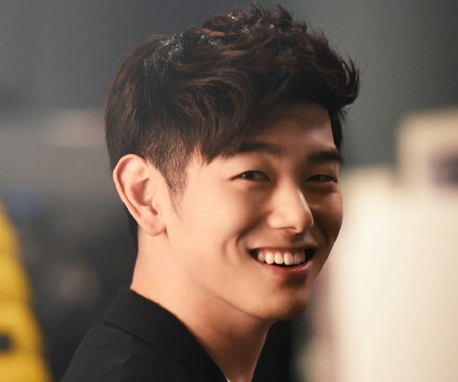 Nam ca sĩ nổi tiếng xứ Hàn bất ngờ theo dõi Sơn Tùng trên Instagram - Ảnh 2.