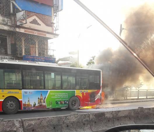 Hà Nội: Xe buýt đang chở khách trên đường bỗng bốc khói dữ dội - Ảnh 1.