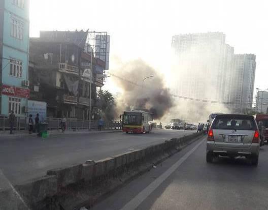 Hà Nội: Xe buýt đang chở khách trên đường bỗng bốc khói dữ dội - Ảnh 2.