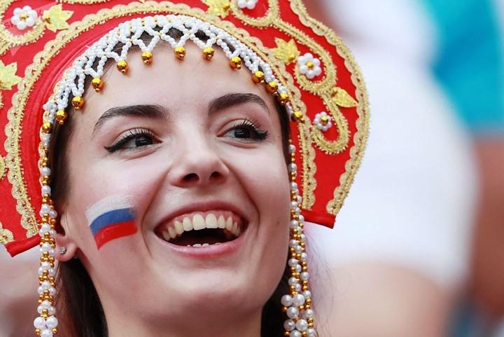 Ảnh: Những chiếc mũ Kokoshnik Nga tô điểm khán đài mùa World Cup - Ảnh 1.