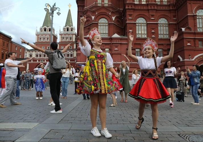 Ảnh: Những chiếc mũ Kokoshnik Nga tô điểm khán đài mùa World Cup - Ảnh 2.
