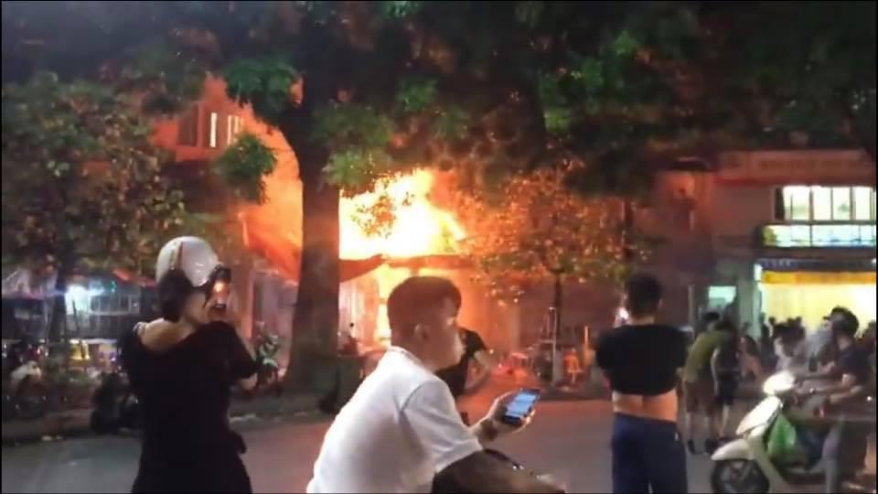 Hà Nội: Đang ngồi uống bia, quán bỗng bốc cháy dữ dội, nhiều thực khách nhảy từ tầng 2 xuống thoát thân - Ảnh 1.