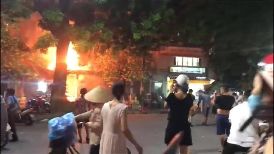 Hà Nội: Đang ngồi uống bia, quán bỗng bốc cháy dữ dội, nhiều thực khách nhảy từ tầng 2 xuống thoát thân - Ảnh 2.