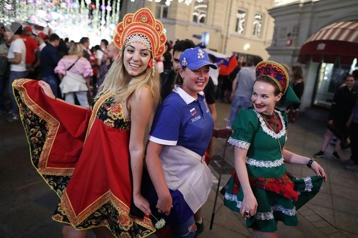 Ảnh: Những chiếc mũ Kokoshnik Nga tô điểm khán đài mùa World Cup - Ảnh 11.