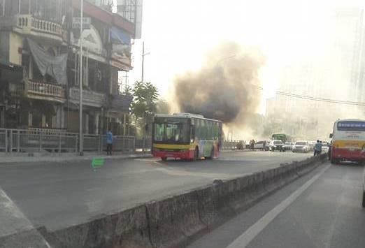 Hà Nội: Xe buýt đang chở khách trên đường bỗng bốc khói dữ dội - Ảnh 3.