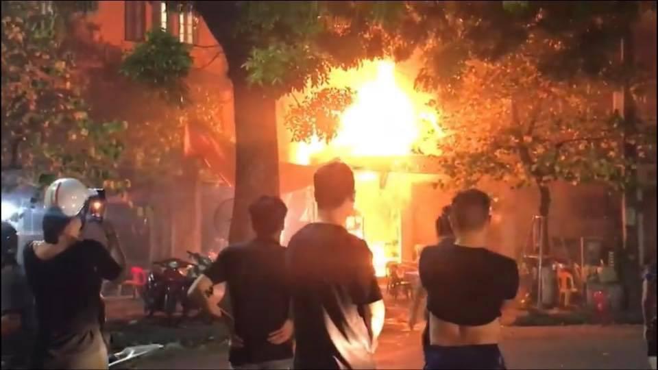 Hà Nội: Đang ngồi uống bia, quán bỗng bốc cháy dữ dội, nhiều thực khách nhảy từ tầng 2 xuống thoát thân - Ảnh 3.