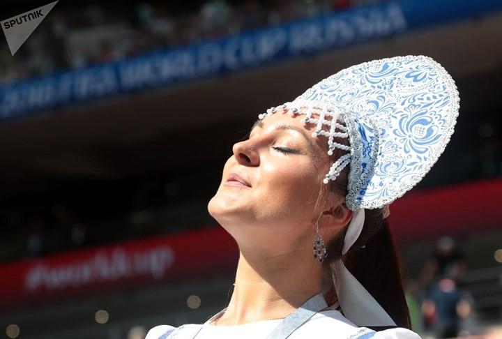 Ảnh: Những chiếc mũ Kokoshnik Nga tô điểm khán đài mùa World Cup - Ảnh 10.