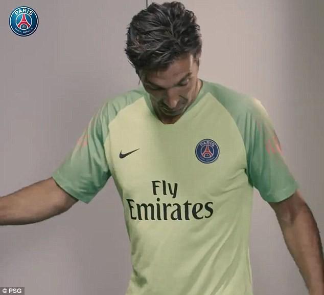 Thủ môn Buffon khoe body chuẩn, đi nghỉ trước ngày gia nhập PSG - Ảnh 6.