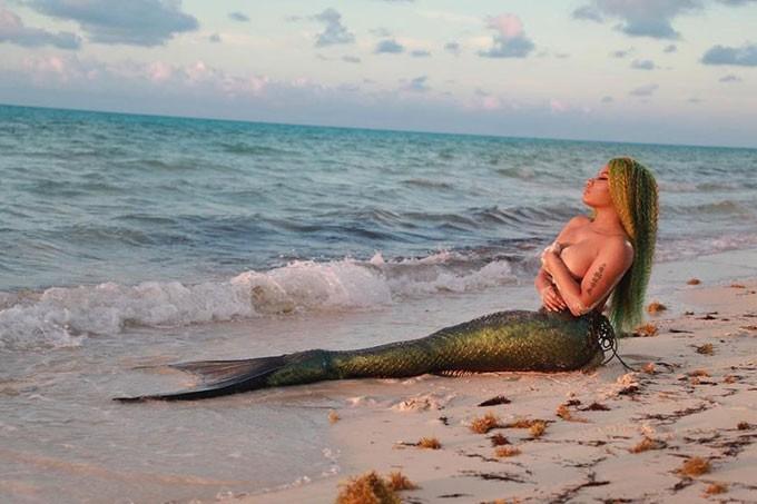 Nicki Minaj hóa nàng tiên cá bán nude nóng bỏng trong MV mới hợp tác cùng Ariana Grande - Ảnh 2.