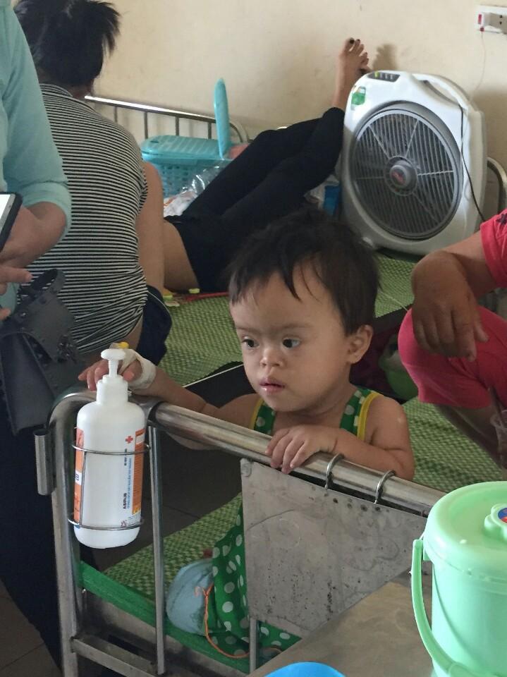 Số phận nghiệt ngã của cô bé bị Down và tim bẩm sinh, 4 tuổi chỉ cao 60cm, nặng 9kg, chưa biết đi, chưa biết nói - Ảnh 1.