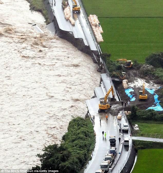 Những hình ảnh trong đợt mưa lũ kinh hoàng tại Nhật Bản khiến 38 người thiệt mạng, 50 người mất tích - Ảnh 1.
