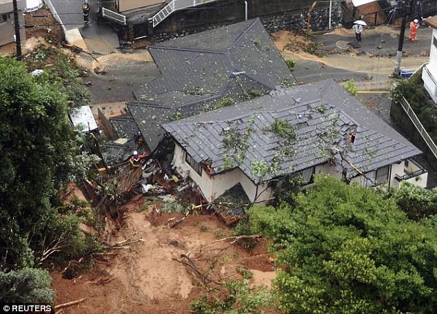 Những hình ảnh trong đợt mưa lũ kinh hoàng tại Nhật Bản khiến 38 người thiệt mạng, 50 người mất tích - Ảnh 2.