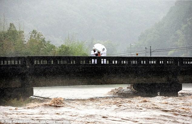 Những hình ảnh trong đợt mưa lũ kinh hoàng tại Nhật Bản khiến 38 người thiệt mạng, 50 người mất tích - Ảnh 10.