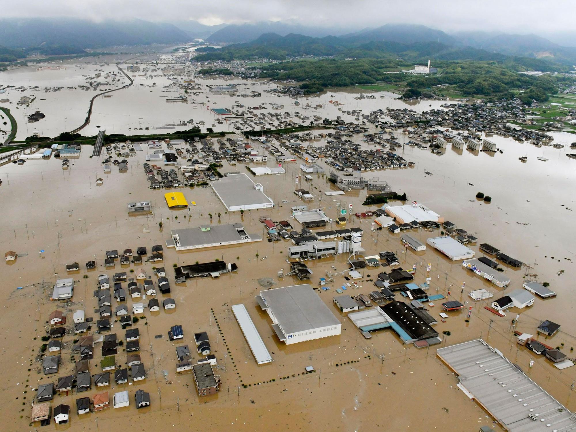 Những hình ảnh trong đợt mưa lũ kinh hoàng tại Nhật Bản khiến 38 người thiệt mạng, 50 người mất tích - Ảnh 13.