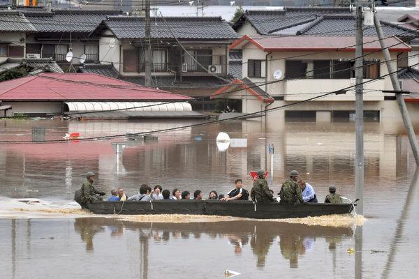 Những hình ảnh trong đợt mưa lũ kinh hoàng tại Nhật Bản khiến 38 người thiệt mạng, 50 người mất tích - Ảnh 14.