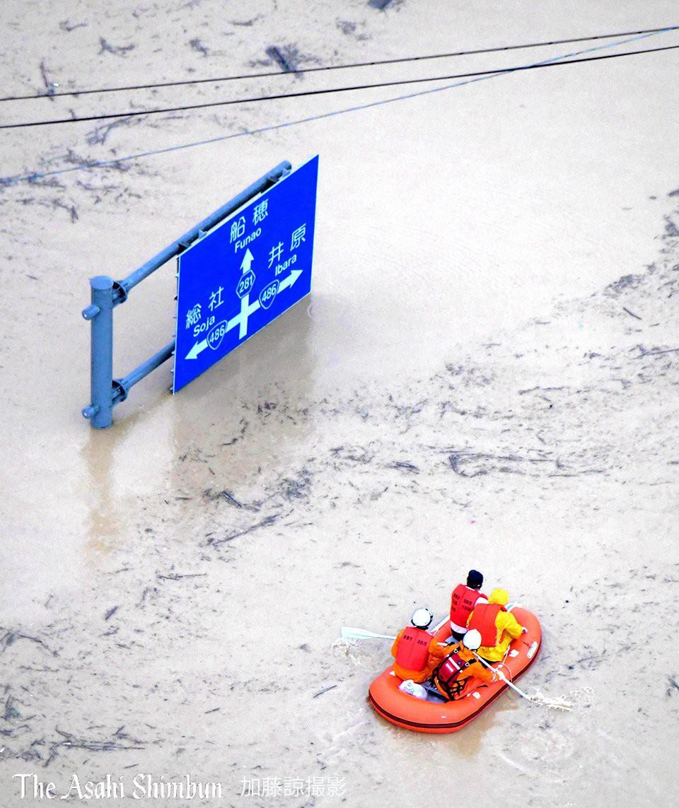 Những hình ảnh trong đợt mưa lũ kinh hoàng tại Nhật Bản khiến 38 người thiệt mạng, 50 người mất tích - Ảnh 19.