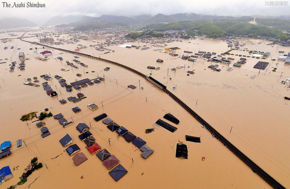 Những hình ảnh trong đợt mưa lũ kinh hoàng tại Nhật Bản khiến 38 người thiệt mạng, 50 người mất tích - Ảnh 20.