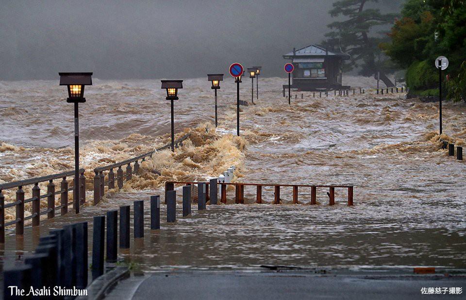 Những hình ảnh trong đợt mưa lũ kinh hoàng tại Nhật Bản khiến 38 người thiệt mạng, 50 người mất tích - Ảnh 3.