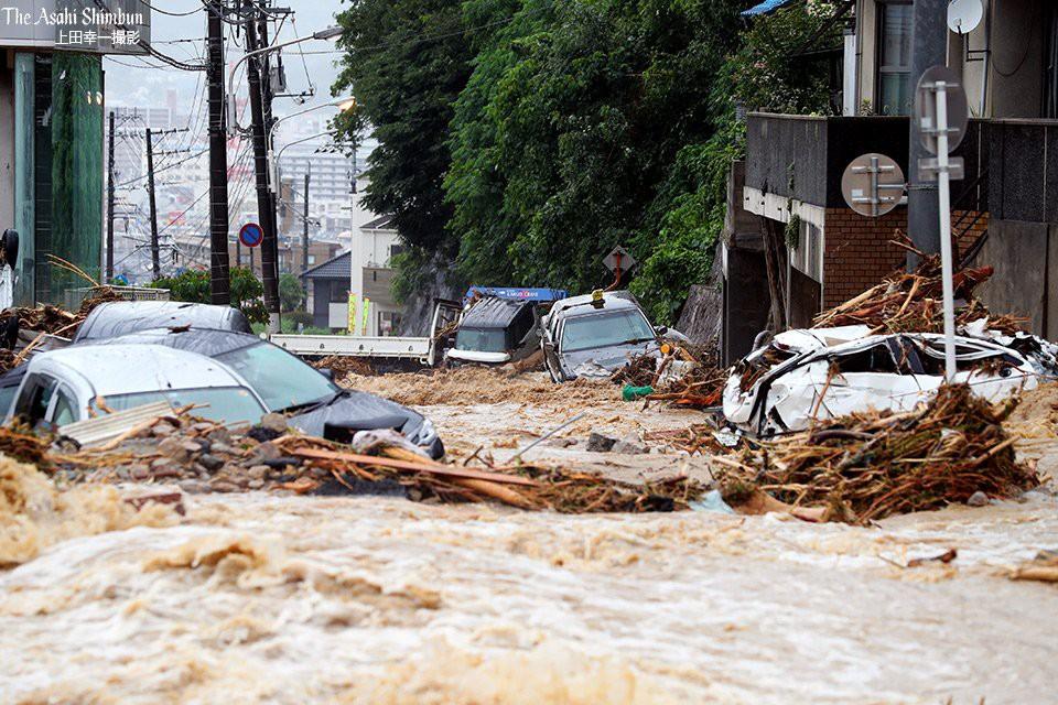Những hình ảnh trong đợt mưa lũ kinh hoàng tại Nhật Bản khiến 38 người thiệt mạng, 50 người mất tích - Ảnh 21.
