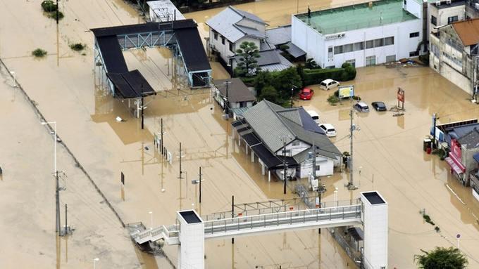 Những hình ảnh trong đợt mưa lũ kinh hoàng tại Nhật Bản khiến 38 người thiệt mạng, 50 người mất tích - Ảnh 23.