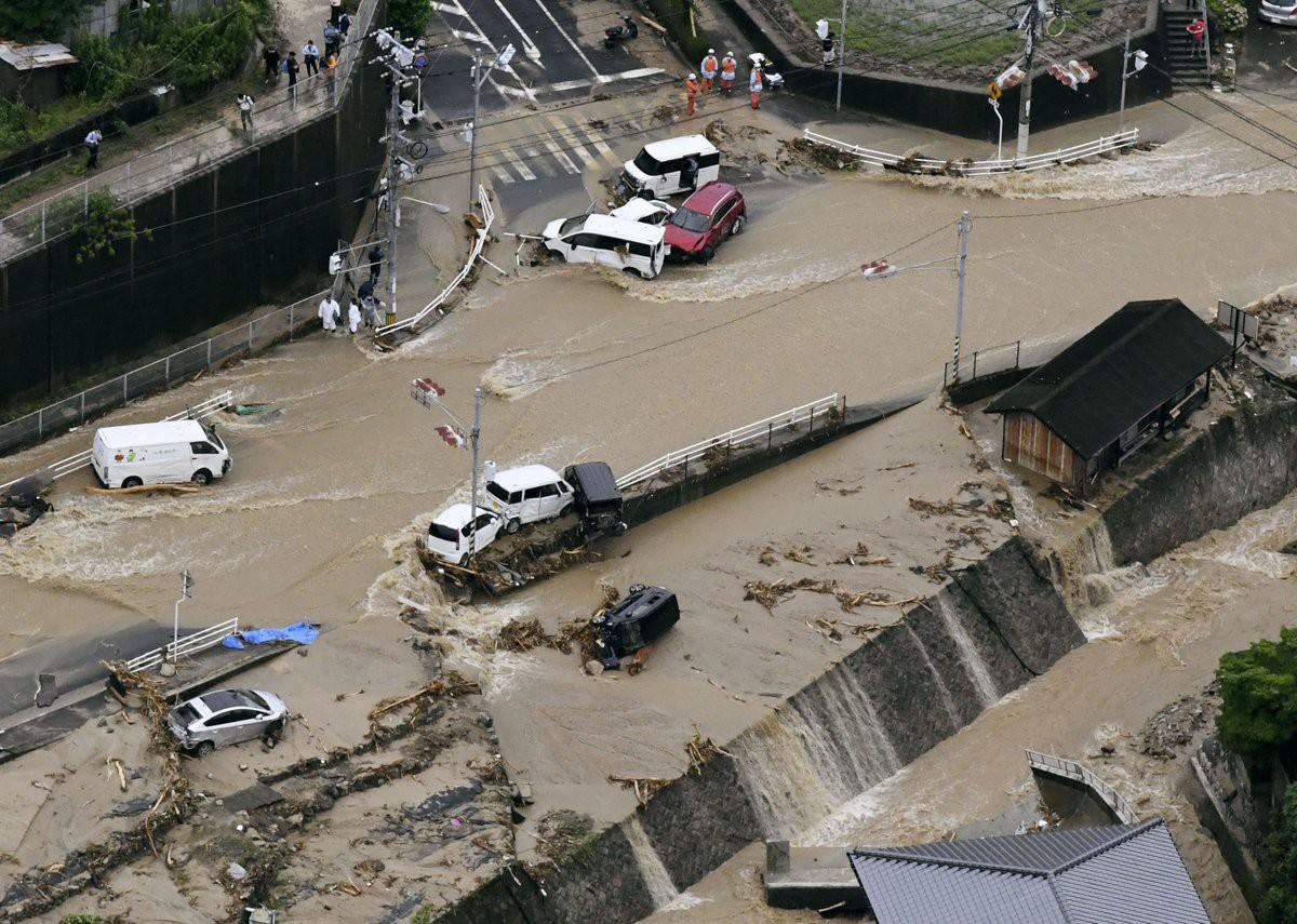 Những hình ảnh trong đợt mưa lũ kinh hoàng tại Nhật Bản khiến 38 người thiệt mạng, 50 người mất tích - Ảnh 4.