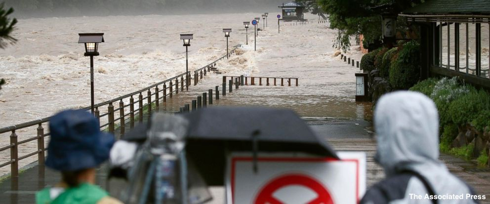 Những hình ảnh trong đợt mưa lũ kinh hoàng tại Nhật Bản khiến 38 người thiệt mạng, 50 người mất tích - Ảnh 22.