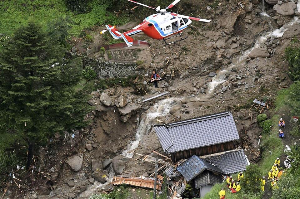 Những hình ảnh trong đợt mưa lũ kinh hoàng tại Nhật Bản khiến 38 người thiệt mạng, 50 người mất tích - Ảnh 17.