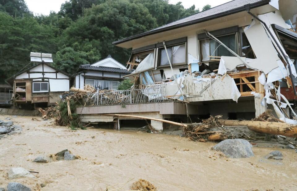 Những hình ảnh trong đợt mưa lũ kinh hoàng tại Nhật Bản khiến 38 người thiệt mạng, 50 người mất tích - Ảnh 9.
