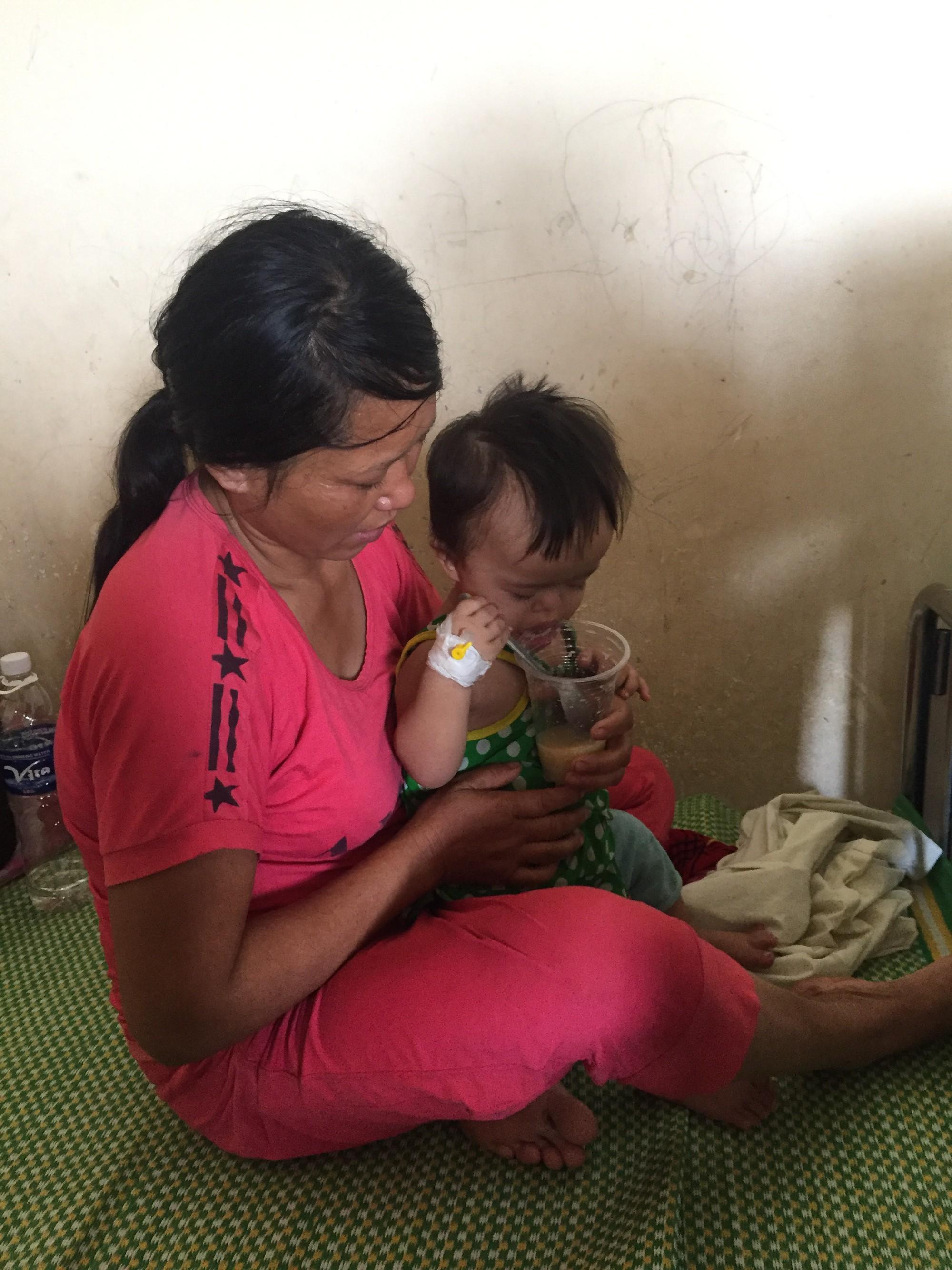 Số phận nghiệt ngã của cô bé bị Down và tim bẩm sinh, 4 tuổi chỉ cao 60cm, nặng 9kg, chưa biết đi, chưa biết nói - Ảnh 5.