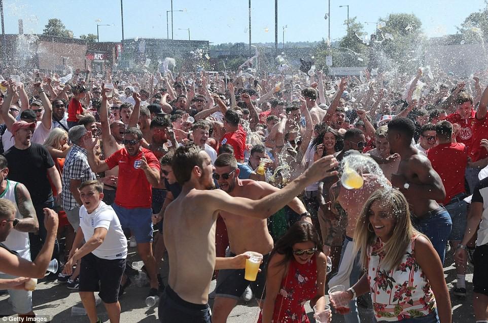 Từ Hoàng gia đến dân thường, cả nước Anh tưng bừng ăn mừng đội tuyển Anh vào bán kết World Cup sau 28 năm - Ảnh 16.