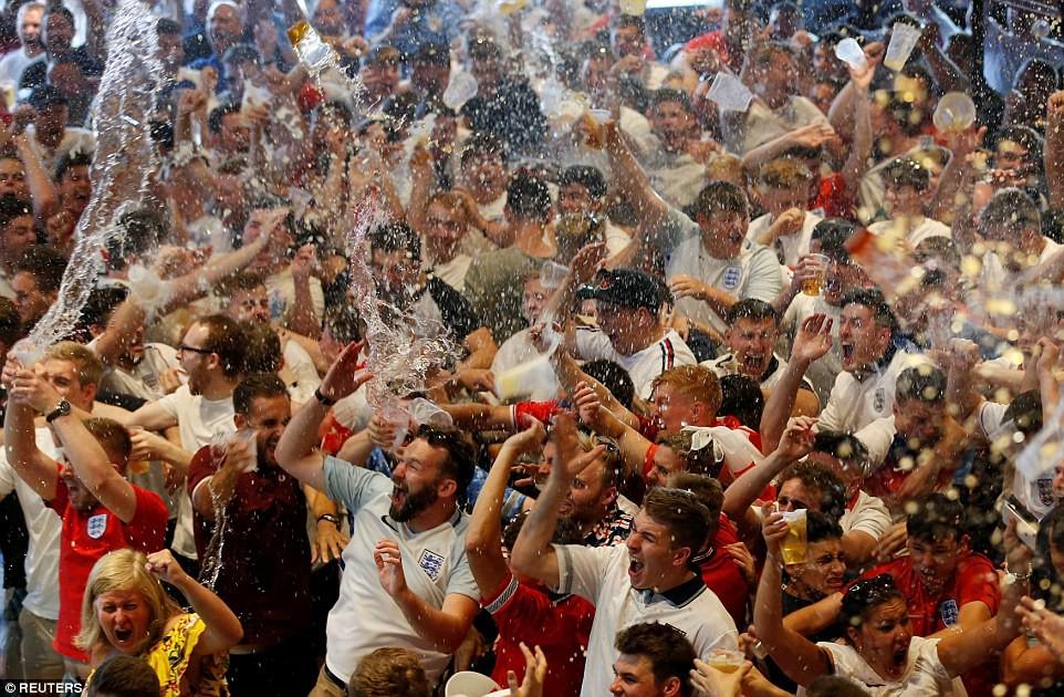 Từ Hoàng gia đến dân thường, cả nước Anh tưng bừng ăn mừng đội tuyển Anh vào bán kết World Cup sau 28 năm - Ảnh 15.