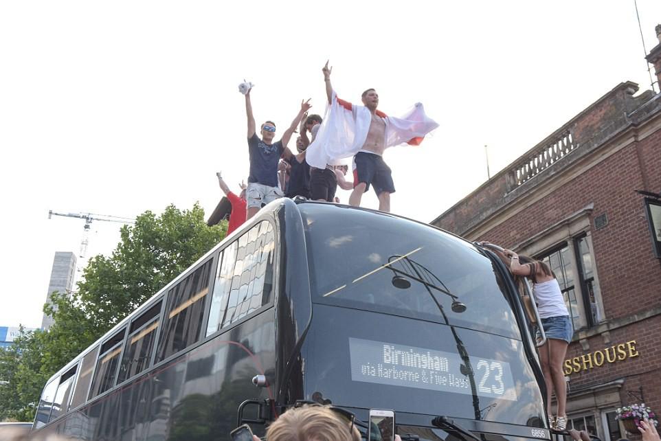 Từ Hoàng gia đến dân thường, cả nước Anh tưng bừng ăn mừng đội tuyển Anh vào bán kết World Cup sau 28 năm - Ảnh 5.