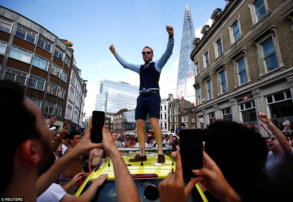 Từ Hoàng gia đến dân thường, cả nước Anh tưng bừng ăn mừng đội tuyển Anh vào bán kết World Cup sau 28 năm - Ảnh 13.