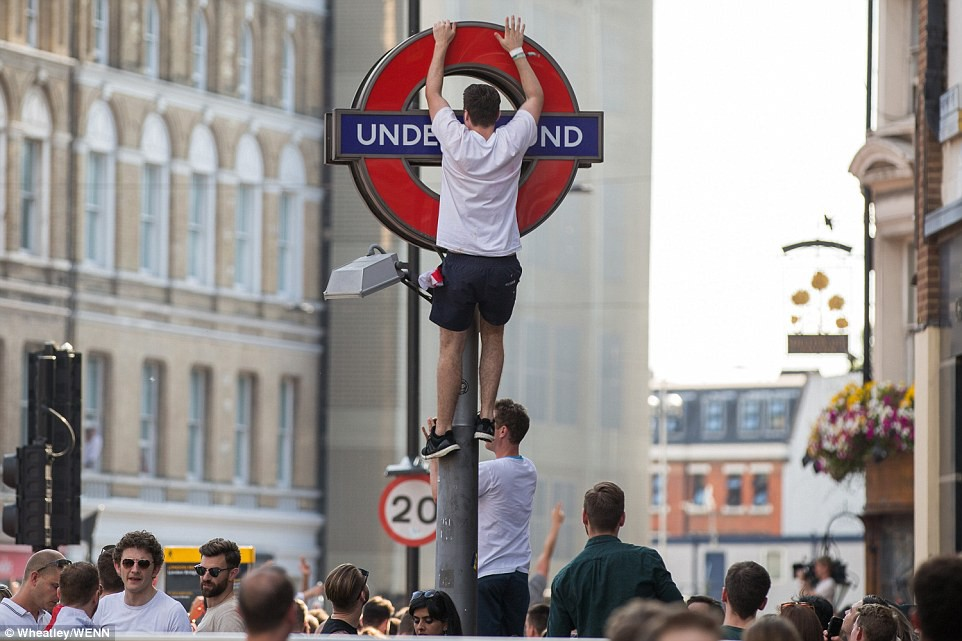 Từ Hoàng gia đến dân thường, cả nước Anh tưng bừng ăn mừng đội tuyển Anh vào bán kết World Cup sau 28 năm - Ảnh 7.