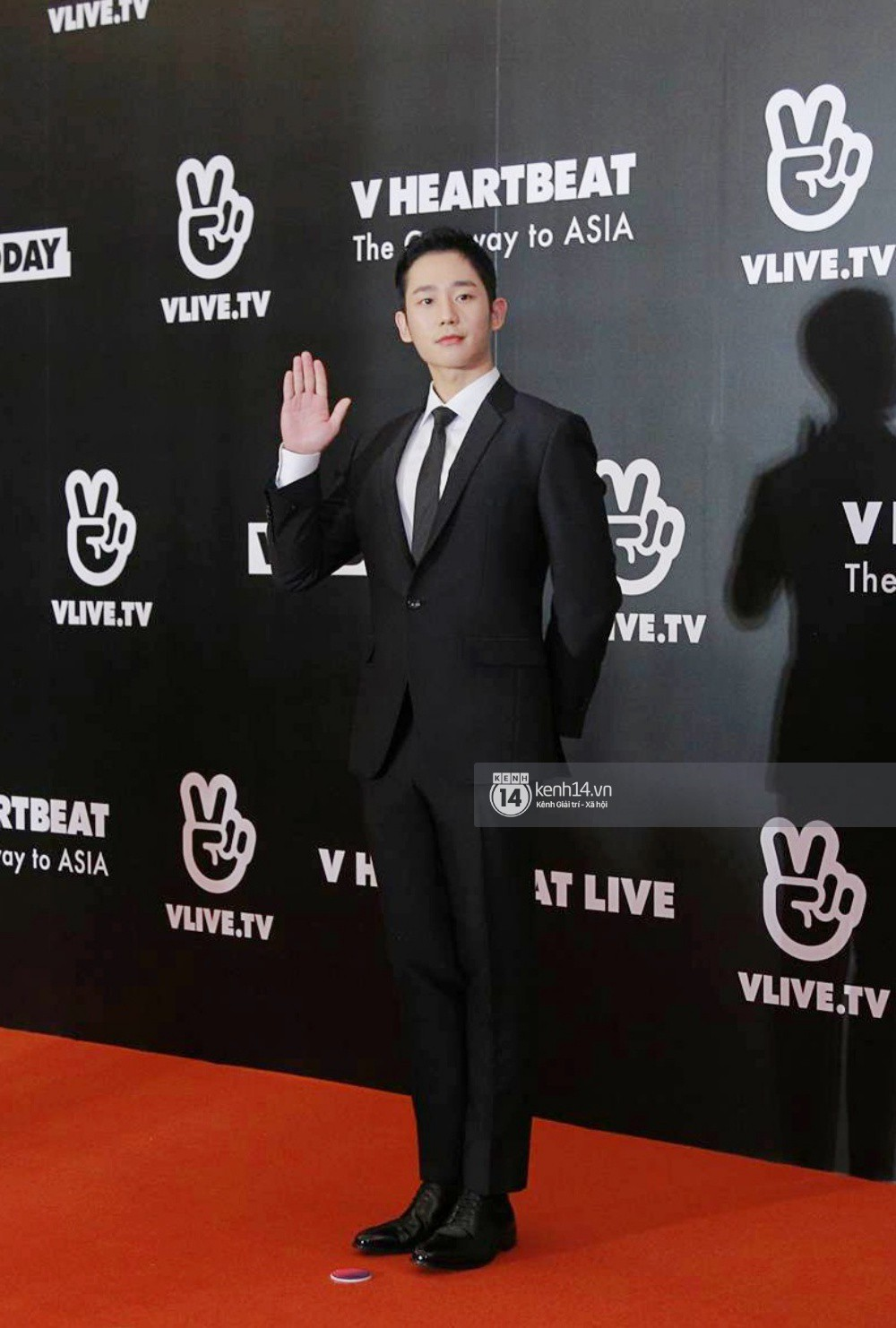 Thảm đỏ đêm nhạc Hàn-Việt: Jung Hae In, WINNER đẹp trai cực phẩm, Chi Pu và Hòa Minzy đọ sắc cùng loạt sao Việt - Ảnh 1.