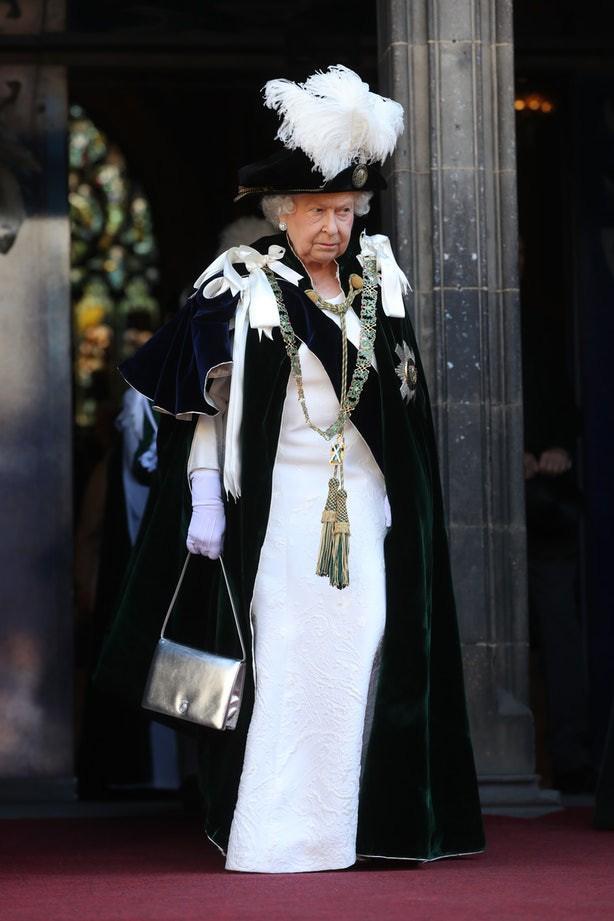 Bình thường màu sắc chói lòa là thế, vậy mà sự kiện này Nữ hoàng Anh lại chọn đồ hoàn toàn trái ngược - Ảnh 3.