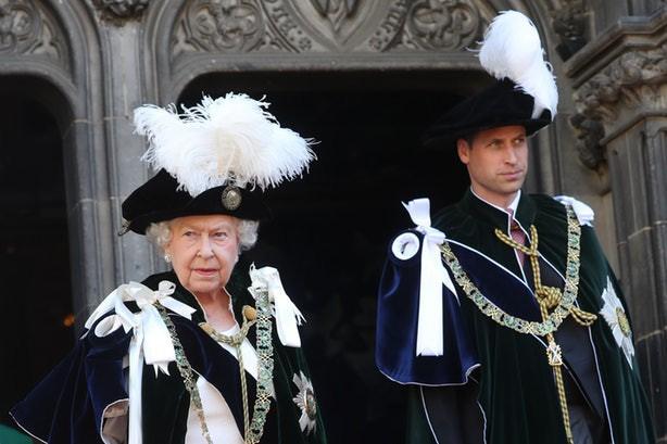 Bình thường màu sắc chói lòa là thế, vậy mà sự kiện này Nữ hoàng Anh lại chọn đồ hoàn toàn trái ngược - Ảnh 6.