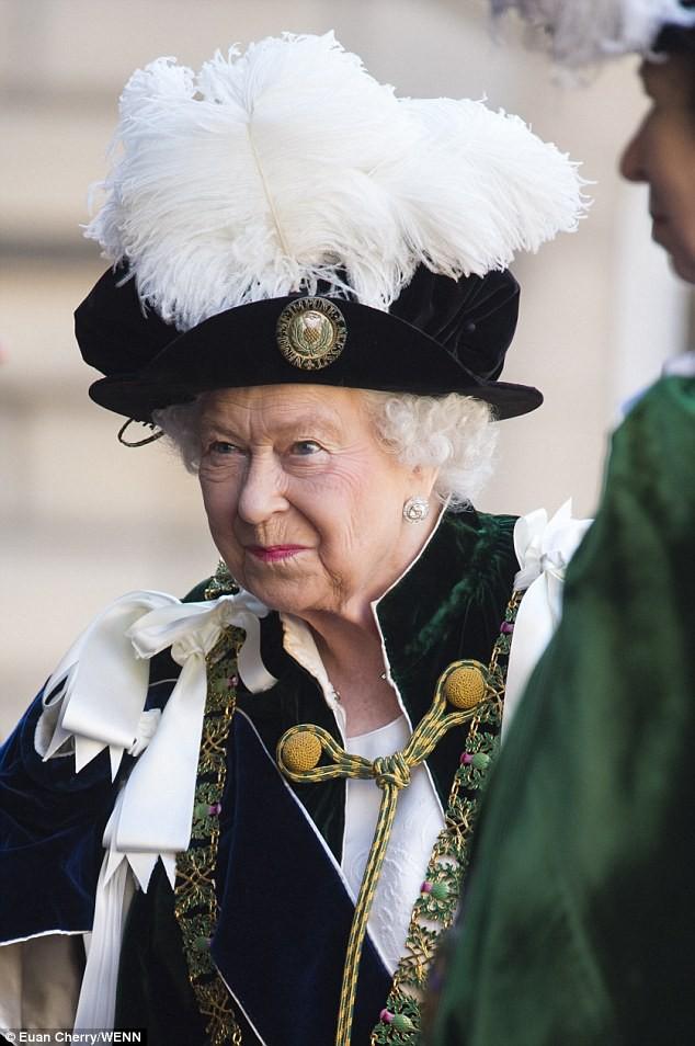 Bình thường màu sắc chói lòa là thế, vậy mà sự kiện này Nữ hoàng Anh lại chọn đồ hoàn toàn trái ngược - Ảnh 7.
