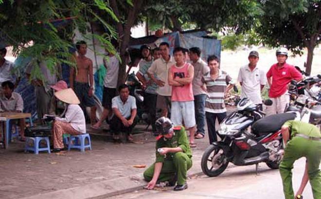 Cô gái đi xe máy tay ga bị nhóm thanh niên đi bộ chặn đánh cướp ở Sài Gòn - Ảnh 1.