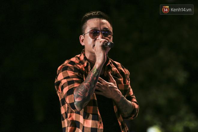 Sơn Tùng M-TP mặc quần đùi, lần đầu hát Chạy ngay đi Remix trong đêm nhạc phố đi bộ - Ảnh 10.