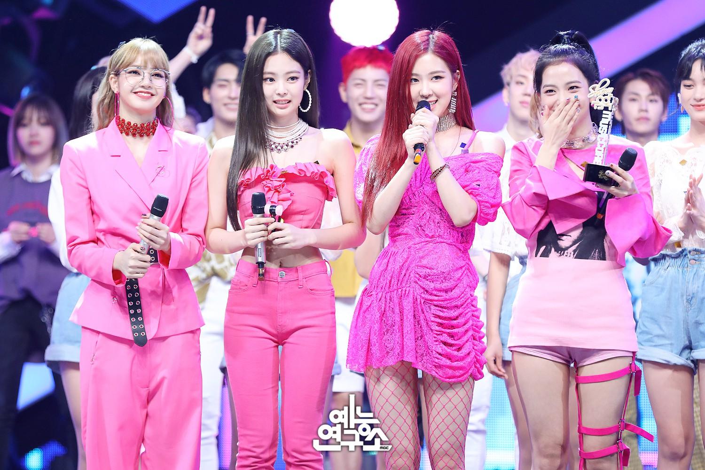 """Cho rằng Jennie luôn được mặc đồ nổi nhất nhóm, fan Black Pink lại tiếp tục """"khẩu chiến"""" tơi bời - Ảnh 3."""
