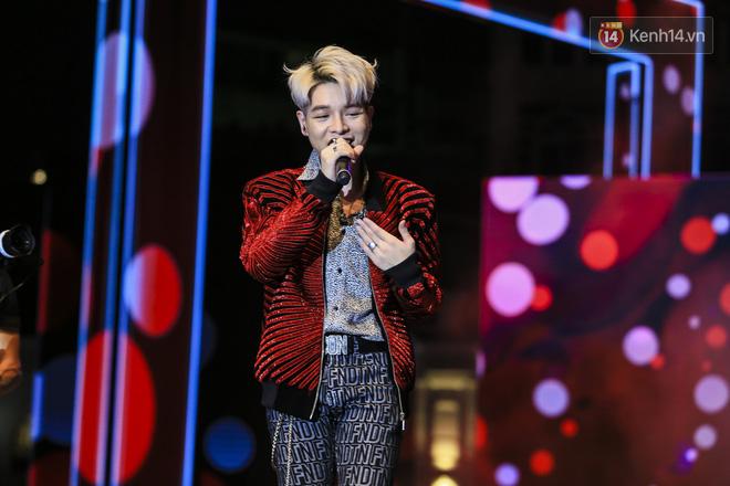 Sơn Tùng M-TP mặc quần đùi, lần đầu hát Chạy ngay đi Remix trong đêm nhạc phố đi bộ - Ảnh 7.