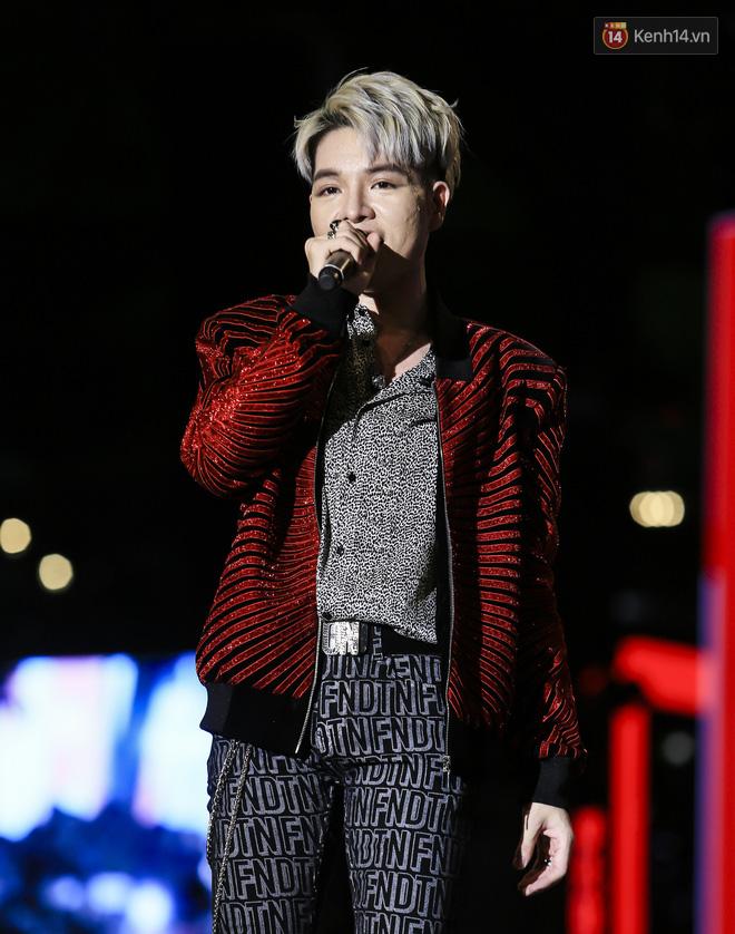 Sơn Tùng M-TP mặc quần đùi, lần đầu hát Chạy ngay đi Remix trong đêm nhạc phố đi bộ - Ảnh 8.