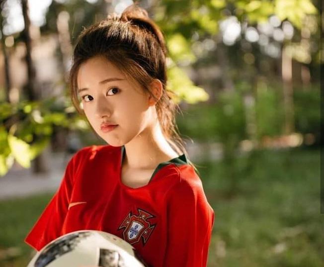 Khoác áo đội tuyển nào đội đó đều rời khỏi World Cup, hot girl này vẫn được yêu vì quá xinh đẹp - Ảnh 2.