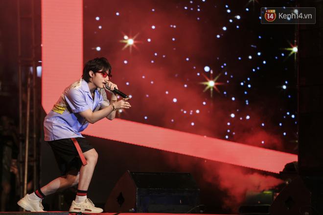 Sơn Tùng M-TP mặc quần đùi, lần đầu hát Chạy ngay đi Remix trong đêm nhạc phố đi bộ - Ảnh 2.