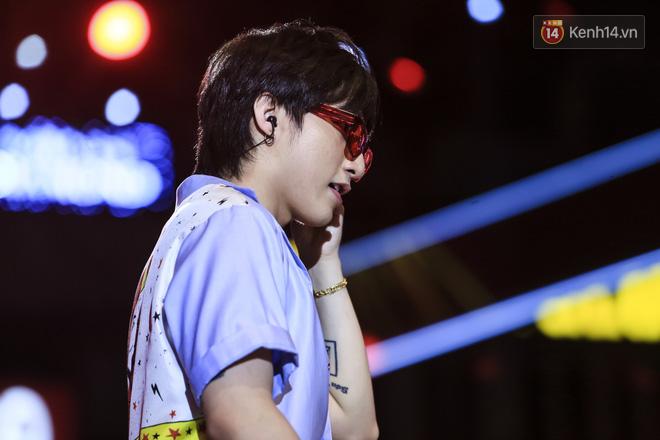 Sơn Tùng M-TP mặc quần đùi, lần đầu hát Chạy ngay đi Remix trong đêm nhạc phố đi bộ - Ảnh 3.