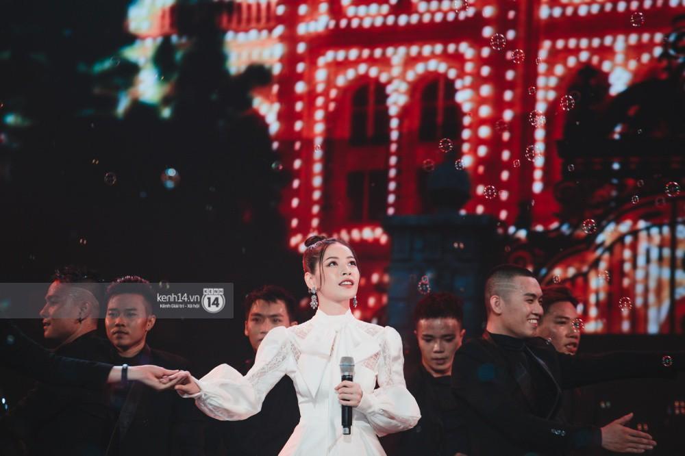 Chùm ảnh đẹp nhất trong show Hàn-Việt: WINNER, Jung Hae In, Noo Phước Thịnh cùng dàn nghệ sĩ Việt để lại chuỗi cảm xúc vỡ òa - Ảnh 15.